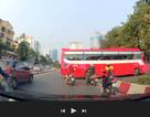 Xe khách thản nhiên rẽ vào đường cấm giữa thủ đô
