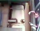 Xem cao thủ ngồi trong ôtô trộm dầu xe tải