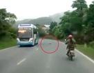 Tai nạn hy hữu khi xe máy bị... hành lí trên ôtô hạ gục