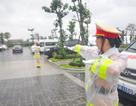 """Nữ Cảnh sát giao thông """"gồng mình"""" trong mưa bão, trước giờ khai mạc APEC"""