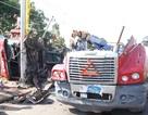 Xe container lật đứt đôi phần đầu, 4 người thoát chết trong gang tấc