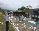 Xe chở hoa quả lật, cao tốc Hà Nội - Lào Cai tắc 2 tiếng