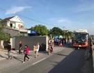 Xe khách chở hơn 30 người tông lật xe tải, nhiều người hoảng loạn