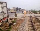Tàu hỏa tông xe tải, 2 người thoát chết trong gang tấc