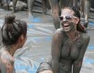 """Phụ nữ trên thế giới làm đẹp bằng những kiểu tắm """"lạ đời"""""""