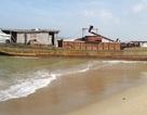 Một tàu sắt vô chủ bị sóng đánh dạt vào bờ biển