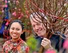 Đại sứ Mỹ thả cá chép ở Hồ Tây, đi chợ hoa sắm Tết