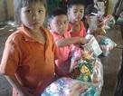 Tết sớm của bé lớp 2 địu em 8 tháng tới trường lay động dân mạng