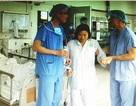 Bệnh nhân tập đi lại sau 2 tiếngthay khớp bằng robot hiện đại