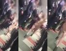Thiếu nữ cởi trần đi làm, cả công ty hò reo