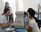 Đà Nẵng: Thăm khám mắt cho học sinh mồ côi