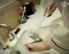 Nhân viên dọn vệ sinh ở khách 5 sao Trung Quốc dùng cọ toilet rửa cốc