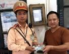CSGT Hà Nội trao trả ví tiền cho người đánh rơi