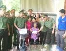 Đoàn Thanh niên Công an tỉnh Nghệ An tặng quà tri ân vợ liệt sỹ nhà báo