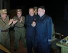 Ông Kim Jong-un tươi cười nắm tay cấp dưới khi giám sát phóng tên lửa
