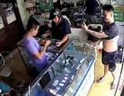 """Hà Nội: Vờ mua iPhone, thanh niên chụp ảnh """"tự sướng"""" rồi co cẳng chạy"""