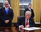 Tổng thống Trump ký sắc lệnh chuẩn bị bãi bỏ di sản của ông Obama