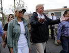 Ông Trump đến Puerto Rico thăm hỏi người dân vùng bão
