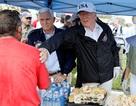 Tổng thống Trump phát đồ ăn cho người dân vùng bão