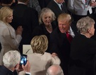 Ông Trump bất ngờ mời quan khách đứng dậy vinh danh bà Clinton tại tiệc trưa