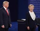 Lộ video bà Clinton học cách né tránh cái ôm của ông Trump