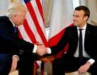 Màn chào hỏi khác lạ của Tổng thống Trump và lãnh đạo Pháp lần đầu gặp mặt