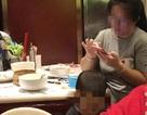Bà mẹ thản nhiên cho con tiểu tiện vào bát sạch ở nhà hàng