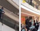 """Trung Quốc: Sếp rải """"mưa tiền"""" mừng tuổi nhân viên ngày đầu năm"""