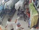 Hãi hùng cảnh nhóm thanh niên chém gục nhân viên cửa hàng thời trang