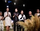 Hàng nghìn nhánh lau rừng được mang lên sàn diễn thời trang Việt Nam