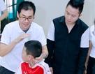 Ca sĩ Tùng Dương thăm và trao quà cho trẻ em tự kỷ