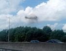 Vật thể lạ hình tròn khổng lồ bay lơ lửng trên bầu trời Anh