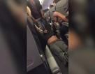 Nhân viên kéo lê hành khách máy bay bị... cho tạm nghỉ