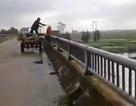 Người đàn ông ném cả xe công nông rác xuống sông bị phạt 5 triệu đồng