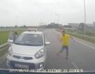 """Xe taxi chạy ngược chiều, tài xế """"múa gậy"""": Do chở người đi cấp cứu?"""