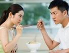 """Vợ góp ý chuyện """"học ăn"""" chồng ném đũa dỗi dằn"""