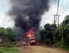 Xe tải chở bình gas mini bốc cháy dữ dội, phát nổ giữa đường