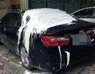 Xe Camry đỗ trên vỉa hè Hà Nội bị đổ đầy sơn