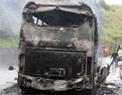 7 người kịp thoát thân trước khi xe khách nổ lớn, cháy rụi