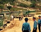 """Hàng chục xe tải lùi vào bãi """"trốn"""" thanh tra giao thông"""