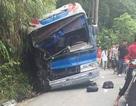 Xe chở học sinh đi Tam Đảo đâm vách núi: 2 phụ huynh tử vong