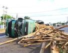 Xe tải chở gỗ lật nghiêng giữa đường sau va chạm