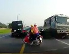 Xe tải lấn làn đâm chết 2 người đi xe máy