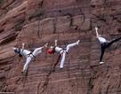 """""""Đứng tim"""" màn trình diễn yoga trên vách núi cheo leo gần 200m"""