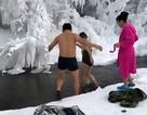Rủ nhau đi lặn hồ băng ở -65 độ C