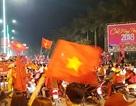 """Rực đỏ """"rừng"""" cờ tổ quốc trong đêm tại TP Huế"""