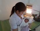 Bé trai sơ sinh bị bỏ rơi cùng 560.000 đồng trước cổng bệnh viện