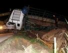 """Xe tải """"mù"""" lật xuống ruộng, """"lòi"""" ra nhiều phách gỗ"""