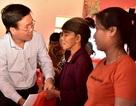 Trưởng Ban Tuyên giáo Trung ương thăm, tặng quà người dân vùng lũ