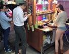 Quán ăn vỉa hè đông khách đột biến nhờ cô gái bán hàng siêu nóng bỏng